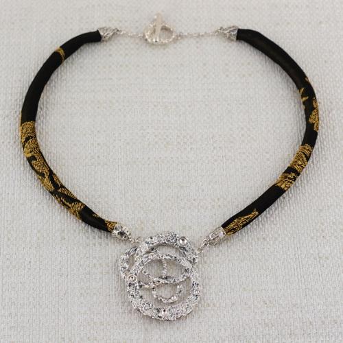 Collana Moon Ring Composition con Broccato Nero e Oro 8